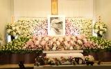 胡蝶蘭やユリなど多くの花で彩られた黒澤満さんお通夜の祭壇 (C)ORICON NewS inc.