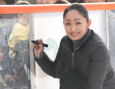 引退のフェルナンデス選手を称えた安藤美姫=『Sea Side アイススケートリンク』オープニングイベント(C)ORICON NewS inc.