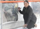 スケートリンクにサインを書く安藤美姫=『Sea Side アイススケートリンク』オープニングイベント (C)ORICON NewS inc.