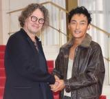 音楽劇『道』公開フォトコールに参加したデヴィッド・ルヴォー氏(左)、草なぎ剛 (C)ORICON NewS inc.