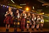 現役唯一の1期生・峯岸みなみを中心に熱唱=『AKB48劇場13周年特別記念公演』より(C)AKS