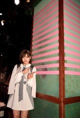 岡田奈々=AKB48劇場が13周年を迎え、恒例の2本柱にピンクのテープを1本増やした(C)AKS