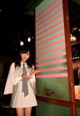 小栗有以=AKB48劇場が13周年を迎え、恒例の2本柱にピンクのテープを1本増やした(C)AKS