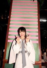 横山由依=AKB48劇場が13周年を迎え、恒例の2本柱にピンクのテープを1本増やした(C)AKS