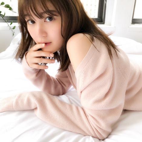 サムネイル 写真集のオフショットで美肌を披露した生田絵梨花(画像は写真集公式ツイッターより)