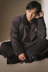 『SPUR』2月号で本格ファッション撮影に初挑戦した梅原裕一郎(C)SPUR2月号/集英社 撮影/矢吹健己〈W〉