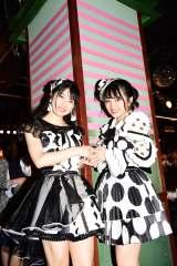劇場名物の柱の前で握手を交わす現総監督・横山由依(左)と次期総監督・向井地美音(C)AKS