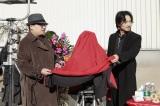 中国映画『破陣子』クランクインセレモニーに臨む綾野剛(右)と監督件脚本家の董天翼(ドン・ティエンイー)氏
