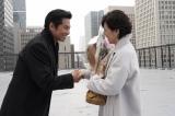 『SUITS/スーツ』のクランクアップを迎え握手する鈴木保奈美(右)と織田裕二(C)フジテレビ