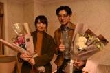 水曜ドラマ『獣になれない私たち』をクランクアップさせた新垣結衣、松田龍平 (C)日本テレビ