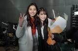 『SUITS/スーツ』のクランクアップを迎えた(左から)新木優子、今田美桜 (C)フジテレビ