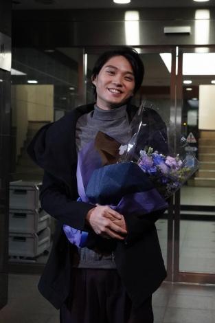 『SUITS/スーツ』のクランクアップを迎えた磯村勇斗(C)フジテレビ