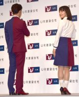 ツートンカラーの衣装で登場した(左から)千葉雄大、吉岡里帆 (C)ORICON NewS inc.
