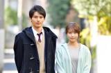 ドラマ『中学聖日記』のクランクアップを迎えた(左から)岡田健史、有村架純(C)TBS