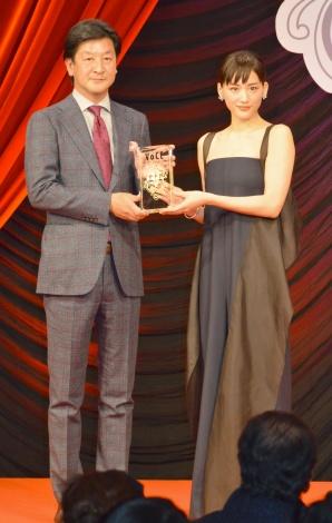 """『VOCE BEST COSMETICS AWARDS 2018』で""""2018年最も美しい顔""""として選出された綾瀬はるか(右) (C)ORICON NewS inc."""