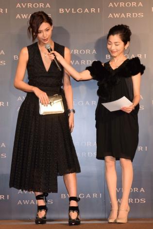 『BVLGARI AVRORA AWARDS 2018』ゴールデンカーペットセレモニーに登場した西内まりや(左) (C)ORICON NewS inc.