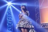 松村香織は新調した新聞紙衣装で卒業ソロ曲「ありがとうは言いたくない」を熱唱