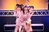 チームEがリーダーの須田亜香里センターで新曲「入り口」を披露(C)AKS