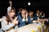 お渡し会でファンと交流する(左から)松村香織、須田亜香里(C)AKS