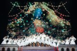 けやきの木のクリスマスツリー映像をバックに「ひらがなけやき」を披露 Photo by 上山陽介