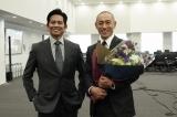 月9ドラマ『SUITS/スーツ』のクランクアップを迎えた市川海老蔵(右)と主演の織田裕二 (C)フジテレビ
