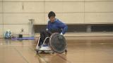 車いすラグビーを体験している武井壮 (C)NHK