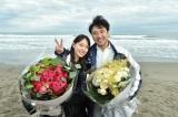 TBS系金曜ドラマ『大恋愛〜僕を忘れる君と』のクランクアップを迎えた(左から)戸田恵梨香、ムロツヨシ(C)TBS