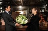 月9ドラマ『SUITS/スーツ』をクランクアップした(左から)織田裕二とサプライズで駆けつけた中村アン(C)フジテレビ