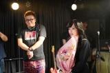 日曜ドラマ『今日から俺は!!』をクランクアップさせた橋本環奈(右)(C)日本テレビ