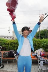 日曜ドラマ『今日から俺は!!』をクランクアップさせた賀来賢人 (C)日本テレビ