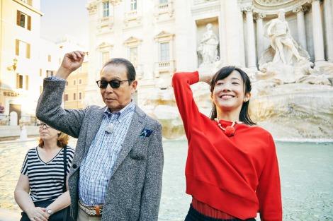 2019年1月19日放送回もイタリア・ローマから『ブラタモリ』トレビの泉を訪れたタモリと林田理沙アナウンサー(C)NHK