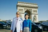 2019年2月16日放送回もフランス・パリから『ブラタモリ』凱旋門をバックに立つタモリと林田理沙アナウンサー(C)NHK