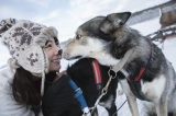 犬と戯れるショットも 撮影:藤本和典