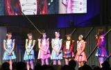 茶目っ気たっぷりに5期生紹介の列にまぎれる矢吹奈子(右から3人目)=『HKT48コンサート〜今こそ団結!ガンガン行くぜ8年目!〜』 (C)ORICON NewS inc.