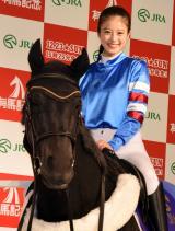 馬ロボに騎乗体験した今田美桜=JRA『有馬・ザ・チャンス』のPRイベント (C)ORICON NewS inc.