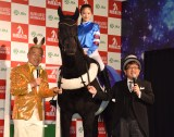 馬ロボに騎乗体験した今田美桜(中央)=JRA『有馬・ザ・チャンス』のPRイベント (C)ORICON NewS inc.