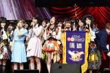 優勝旗を手に歌う紅組キャプテン横山由依(C)AKS