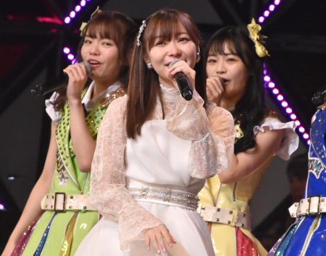 HKT48メンバーの涙にもらい泣きする指原莉乃=『第8回AKB48紅白対抗歌合戦』より(C)ORICON NewS inc.