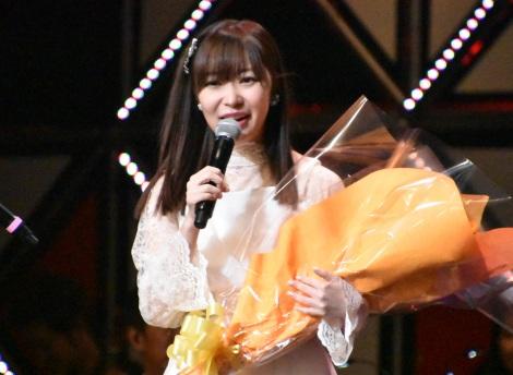 ダチョウ倶楽部リーダー肥後克広から花束を贈呈された指原莉乃=『第8回AKB48紅白対抗歌合戦』より(C)ORICON NewS inc.