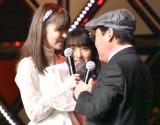 指原莉乃とキス寸前まで行く上島竜兵=『第8回AKB48紅白対抗歌合戦』より(C)ORICON NewS inc.
