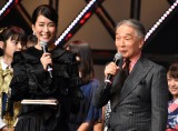 司会を務めた(左から)内田恭子、堺正章=『第8回AKB48紅白対抗歌合戦』より(C)ORICON NewS inc.