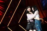 M32「君は僕だ」(左から)小栗有以、横山由依=『第8回AKB48紅白対抗歌合戦』より(C)AKS