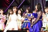 M45「それでも好きだよ」をHKT48メンバーと歌う指原莉=『第8回AKB48紅白対抗歌合戦』より(C)AKS