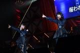 M48「もっと、きっと。」ザ・イーズ(左から)坂本愛玲菜、小田えりな=『第8回AKB48紅白対抗歌合戦』より(C)AKS