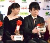 トロフィーを見つめる(左から)篠原涼子、二宮和也=『第43回 報知映画賞』授賞式 (C)ORICON NewS inc.