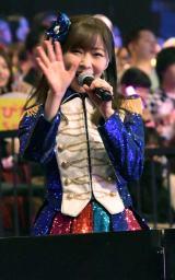 トロッコの上から声援に応える指原莉乃=『HKT48コンサート〜今こそ団結!ガンガン行くぜ8年目!〜』(C)ORICON NewS inc.