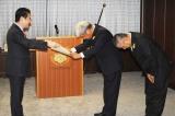 山下貴司法務大臣から感謝状を受け取る吉本興業の共同代表取締役社長CEO・大崎洋氏