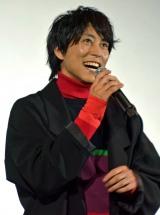 アカペラで主題歌を披露する佐野岳
