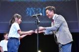『全国小・中学校リズムダンスふれあいコンクール』に登壇した恵俊彰 (C)TBS