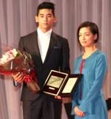 『第31回日刊スポーツ映画大賞』授賞式に出席した(左から)UTA、尾野真千子 (C)ORICON NewS inc.